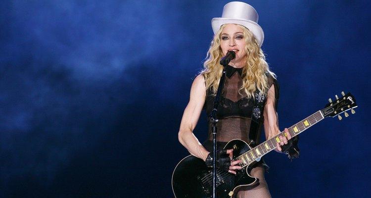 Madonna tocando la guitarra.