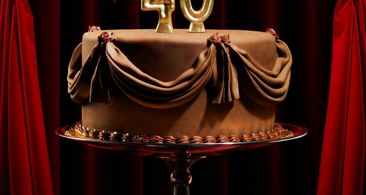 Faça um bolo com o número 40 sobre ele para a aniversariante
