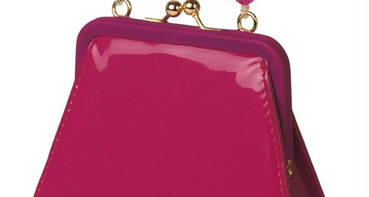 Los bolsos de vinilo se pueden limpiar con diferentes productos de limpieza.