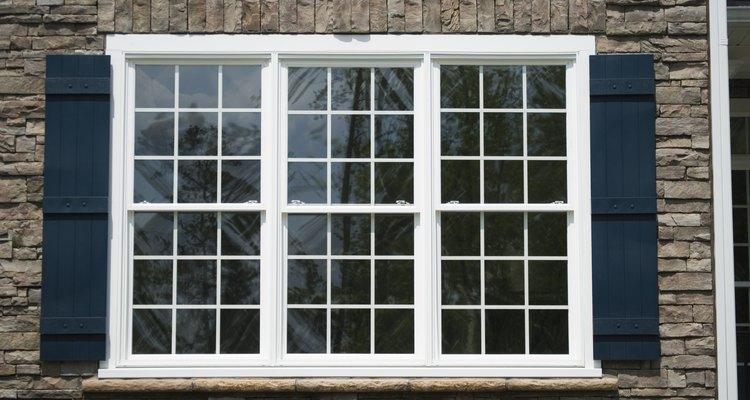 La ventana de tu sótano puede ser muy útil para colocar tu villa navideña.