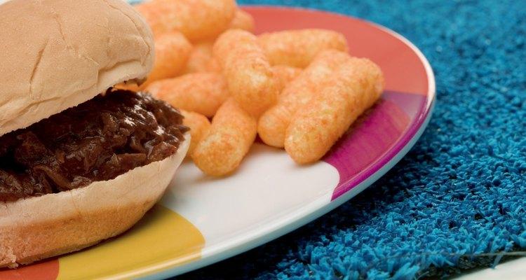 Pães de hambúrguer e salgadinhos de queijo agradarão os convidados mais jovens
