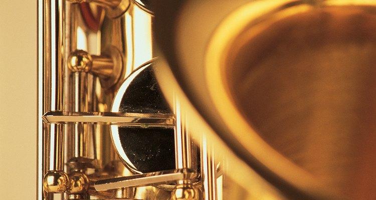 Reenvernizar um saxofone antigo pode trazer-lhe nova vida e brilho