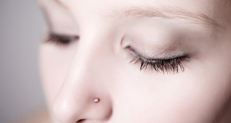 Um piercing no nariz é composto de somente uma peça
