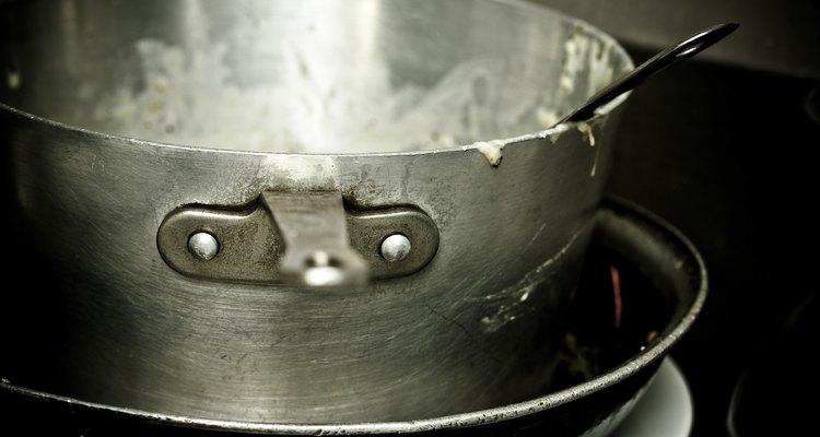 A condução de calor do alumínio é frequentemente usada em panelas