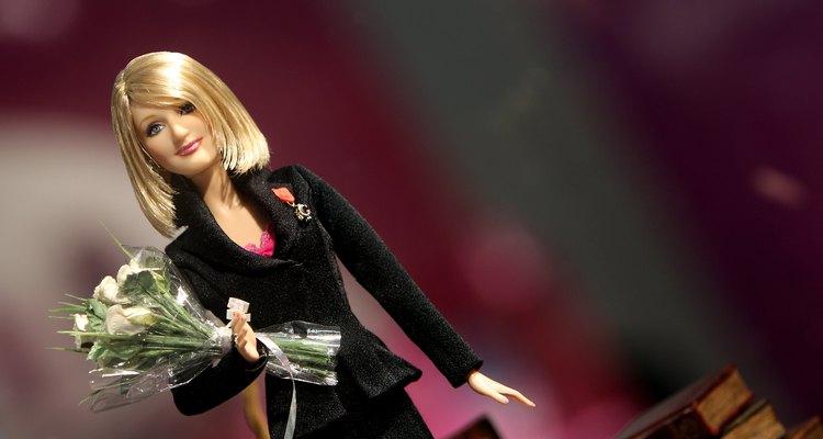 Dê à sua Barbie velha um visual moderno com métodos de corte simples