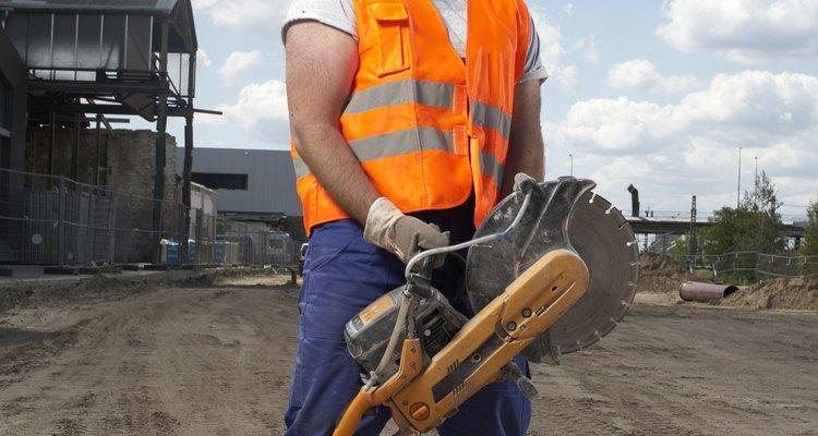 Una sierra eléctrica se puede utilizar con una cuchilla de diamante para cortar piedra.
