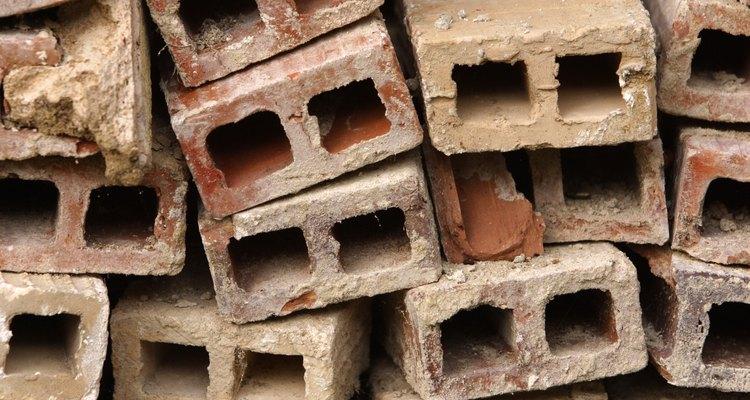 Você pode comprar blocos de cimento na maioria das lojas de materiais de construação