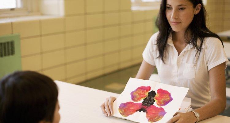 Una maestra muestra una prueba de imágenes a un estudiante.