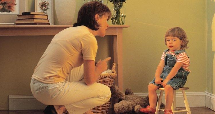 Si te mantienes cerca de tu pequeño puedes ayudarlo a que se quede quieto durante el tiempo fuera.