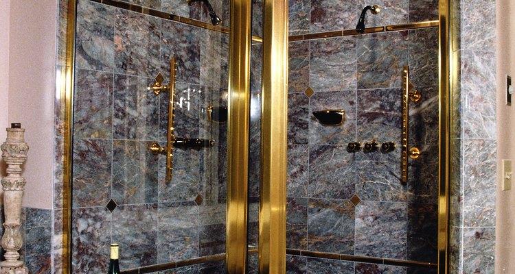 Um cheiro de esgoto vindo do seu chuveiro pode indicar um vazamento do esgoto, entre outros problemas