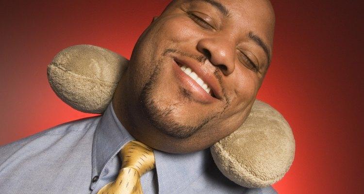 Las almohadas para el cuello están diseñadas para ajustarse cómodamente alrededor de él.