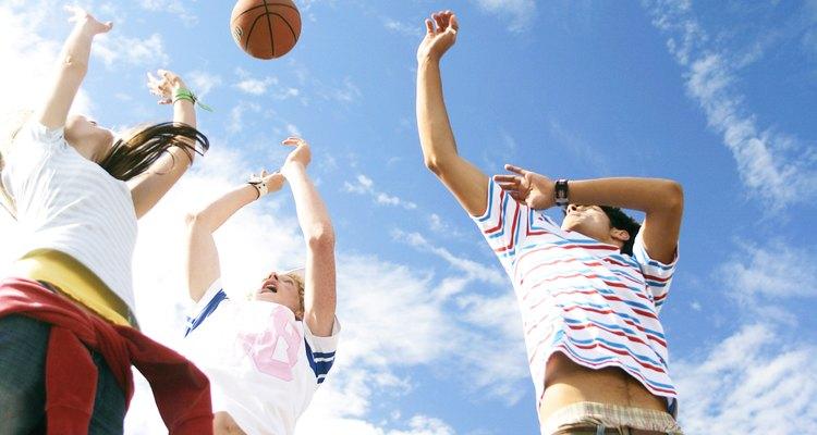 Jovens jogando basquete