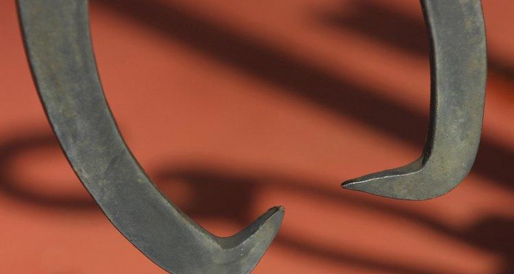 Os pegadores costumam ser objetos longos e retos com garras na extremidade inferior