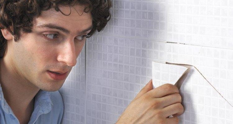 A remoção da argamassa das paredes pode ser facilmente feita utilizando as ferramentas necessárias