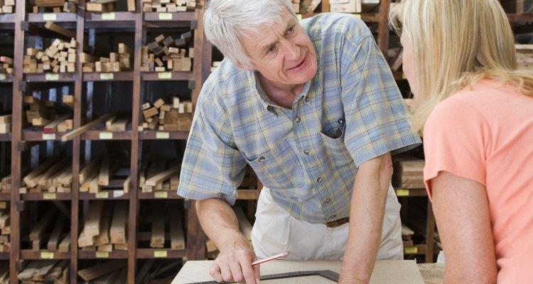 Uma série de produtos de limpeza comerciais e polidores estão disponíveis no mercado