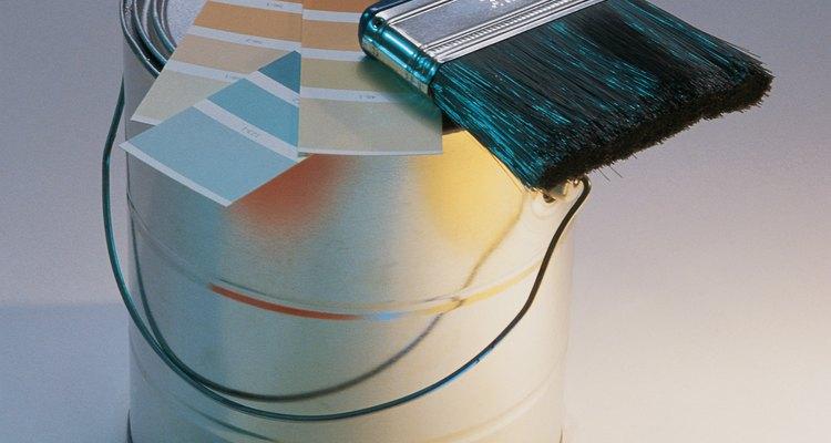 Elige colores brillantes cuando quieras pintar sobre papel de vinilo.