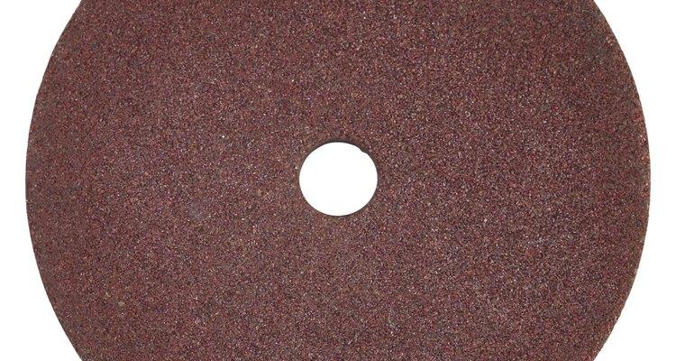 Usa papel lija del número 120 para raspar los muebles del dormitorio.