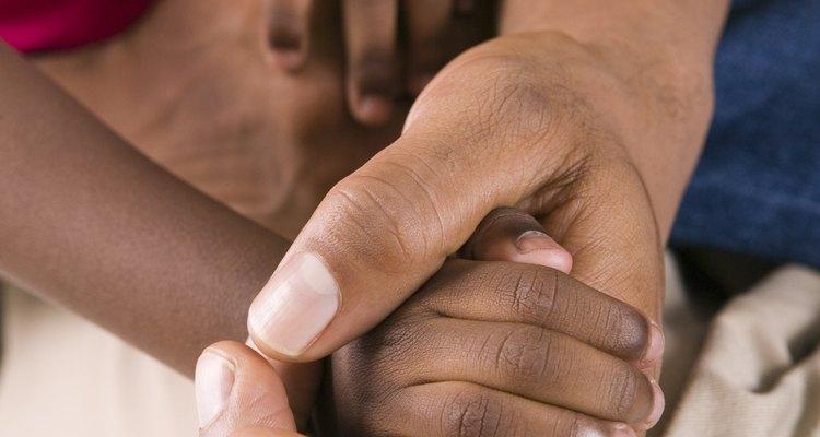 Darle la mano a tu hijo lo consuela durante una emergencia.