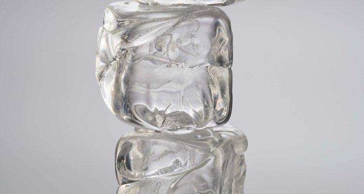El hielo debe ayudar a reducir el dolor y la inflamación de un labio partido.