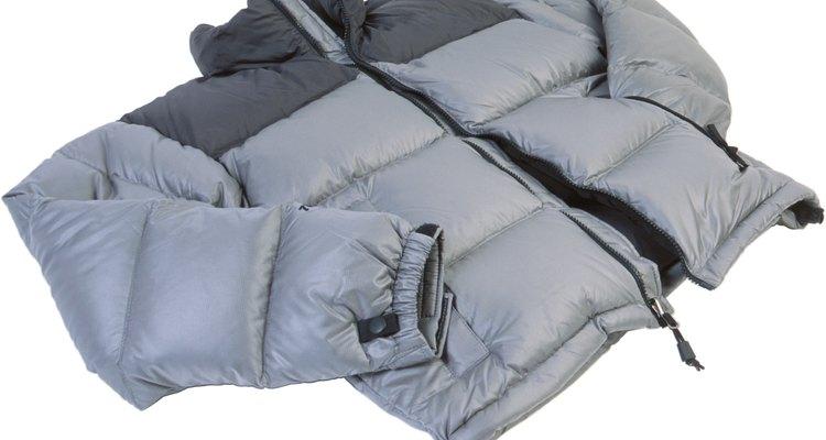 Consertar um casaco de plumas depende dos rasgos.