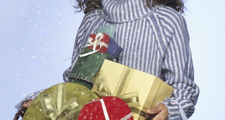 Busca donaciones de negocios locales que puedan servir como regalos de Navidad.