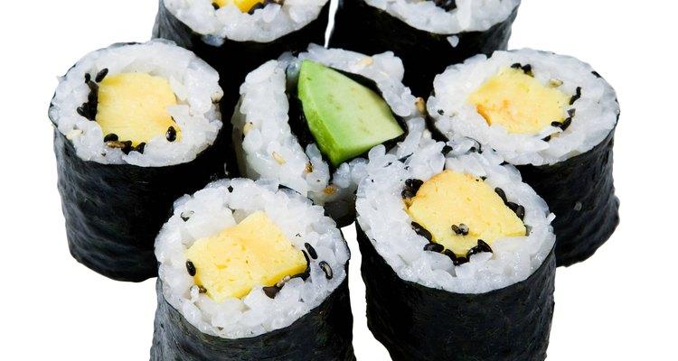Sirva comida japonesa, como sushi