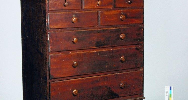 Añade correderas de madera o guías de metal para cajones, para reparar tu cómoda.