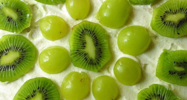 Árvores de kiwi são verdadeiramente vinhas que necessitam de poda anual