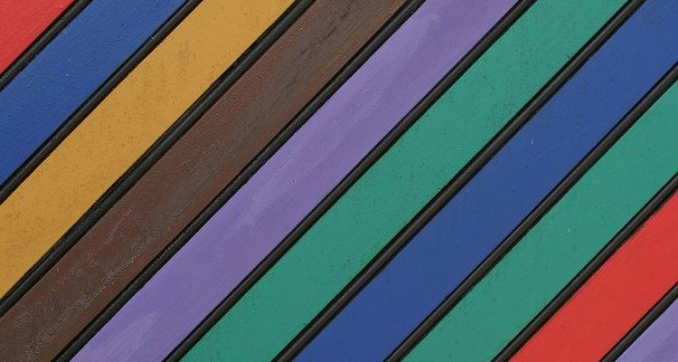 El barniz al aceite cambia el color de la pintura mientras que el barniz al agua de poliuretano es realmente transparente.