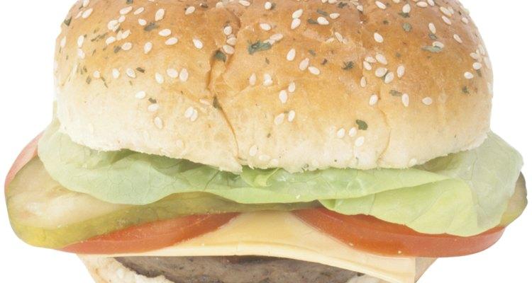 Las hamburguesas con queso se acompañan a menudo de lechuga, tomate, encurtidos y cebollas.
