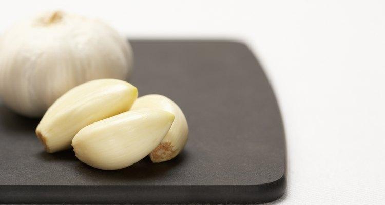 O alho fresco é colocado em frascos e desidratado para um alimento não perecível