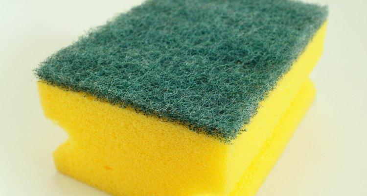 Utilize esponja de lavar louça para fazer o carimbo