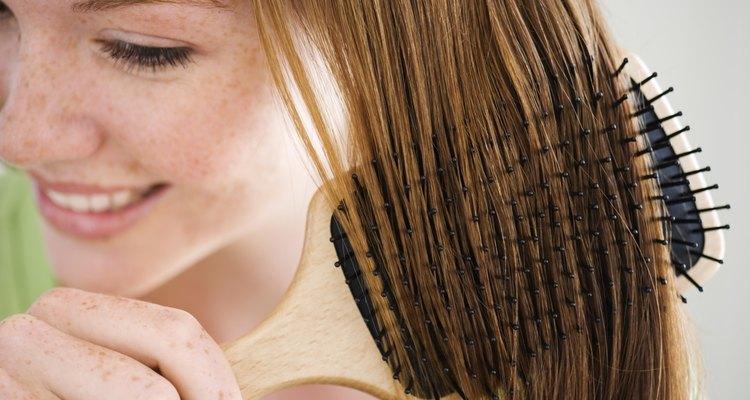 El cabello pelirrojo contrasta de una manera hermosa con los ojos verdes.