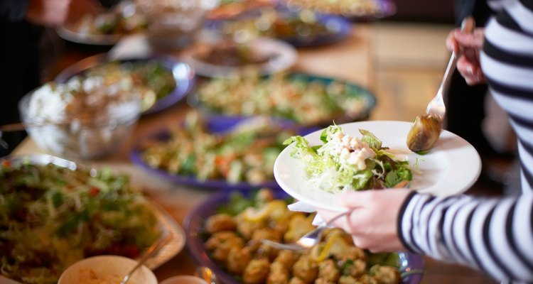 Um jantar no estilo bufê pode alimentar 350 convidados facilmente