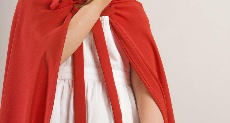 Uma capa simples com capuz pode ser feita com feltro