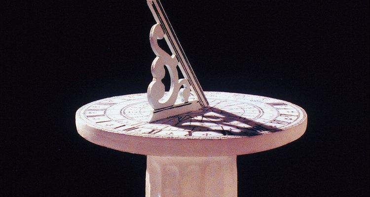 Fabricantes de relógios de sol inclinam o Gnômon em direção ao norte para compensar a inclinação da Terra