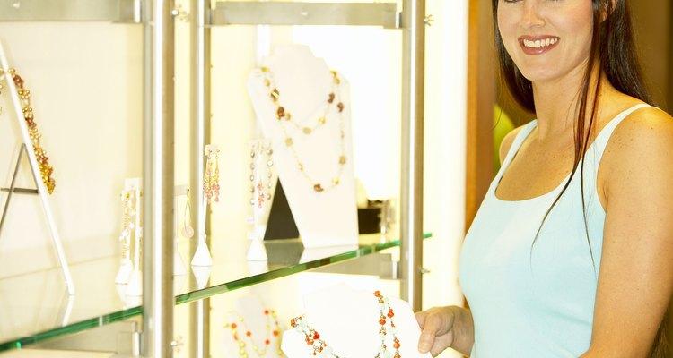 Los puestos en tiendas minoristas pueden ser una de las mejores maneras de comenzar en la industria de la joyería.