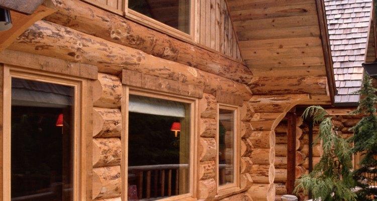 Las casas de madera requieren de una nueva aplicación periódica de los acabados exteriores o pintura.