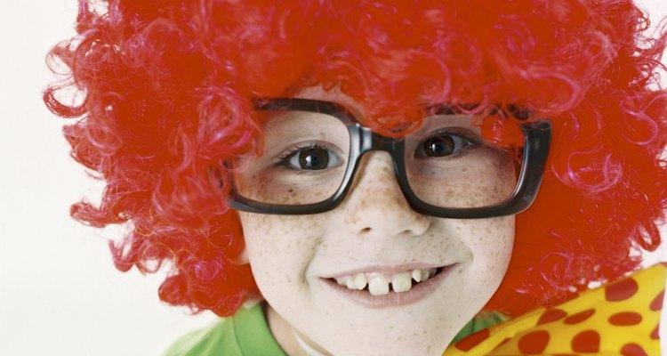 Puedes hacer una peluca para niño con un casquillo para peluca, una pistola de pegamento y algunas extensiones de cabello.