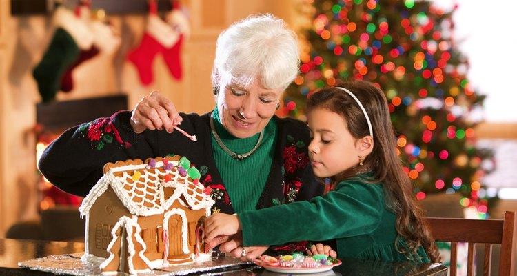 El fuerte pegamento de glaseado comestible que se usa en las casas de galleta puede ser usado en cualquier postre.