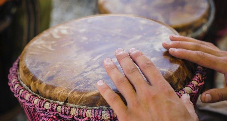 Hombres tocando el tambor africano.