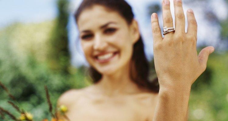 Novia mostrando su anillo de bodas.