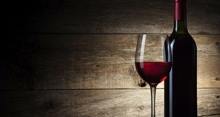 Sigue una serie de pasos para hacer un delicioso vino de color rojo en casa.