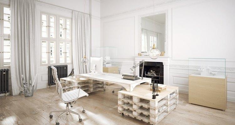 Imagen de una oficina con pallets como elemento decorativo