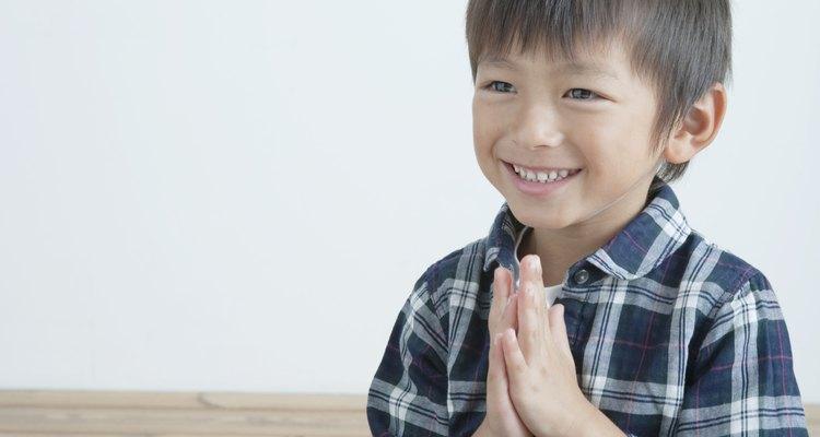 Enseñarle a tu hijo a rezar es un paso importante para aprender el Padre Nuestro.