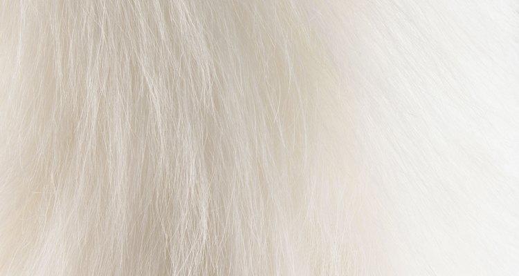Coloca una pequeña porción de pelo sobre la barbilla, córtalo del largo que desees.