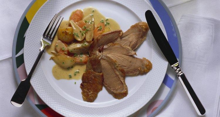 La clave para cocinar un ave en una olla de cocción lenta es separarla de la grasa que se acumula durante el largo proceso de cocción.