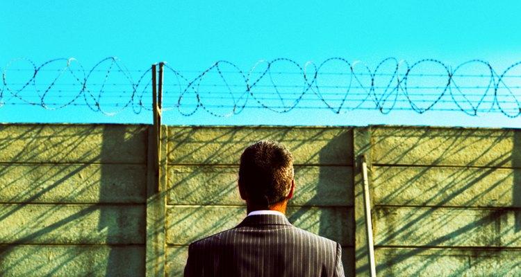 Aprende sobre las diferencias entre la libertad condicional y la libertad bajo palabra.
