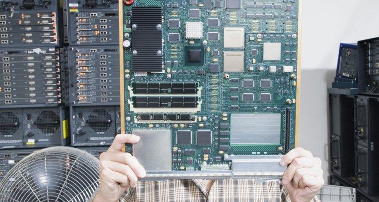 A placa-mãe surgiu no início dos anos oitenta, quando a IBM combinou várias funções essenciais em uma única placa de circuito