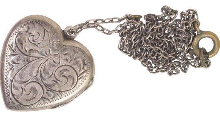 A maioria das joias de prata possui uma camada de ródio que evita a ocorrência de manchas na pele